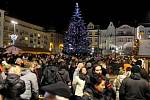 Vánoční koledy, vůně pečiva, kaštanů, svařeného vína a punče. Typická vánoční atmosféra zavládla na Masarykově náměstí v centru Ostravy, kde začaly vánoční trhy.