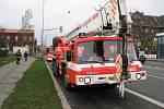 Strom na Rudné ulici v Ostravě naštěstí spadl před příjezdem hasičů do zahrady.