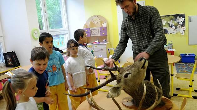 Návštěva myslivce v mateřské škole v Klegově ulici v Ostravě-Hrabůvce.