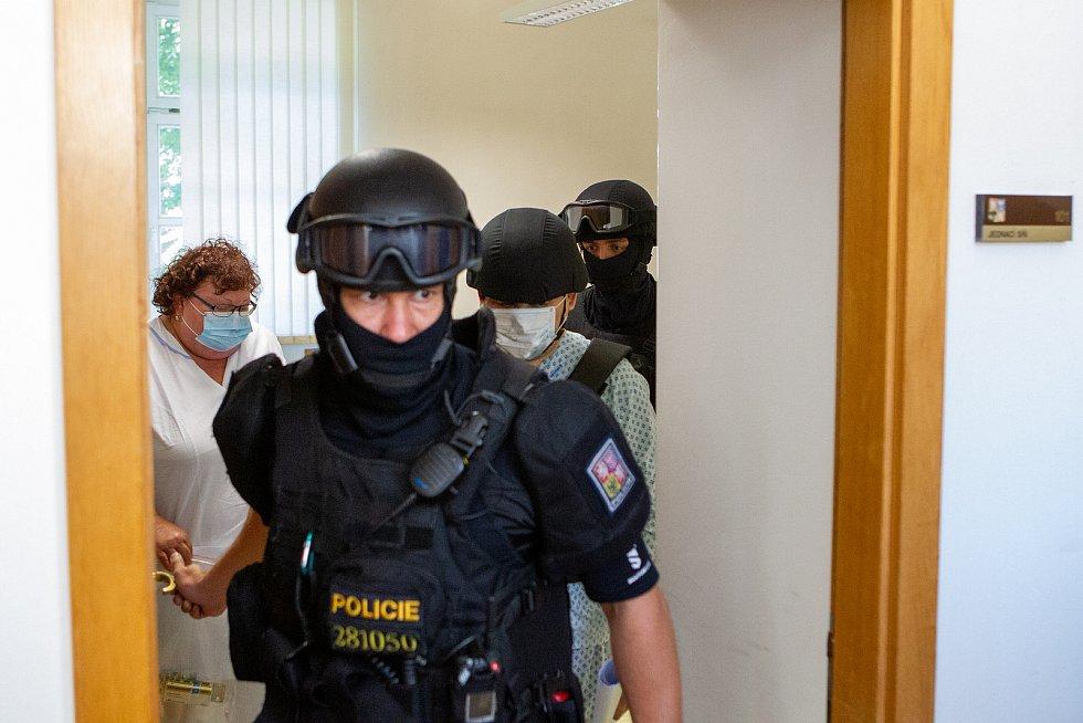 K okresnímu soudu v Karviné byl předveden Zdeněk K., kterého policie obvinila z vraždy a obecného ohrožení v souvislosti s požárem domu v Bohumíně, 11. srpna 2020.
