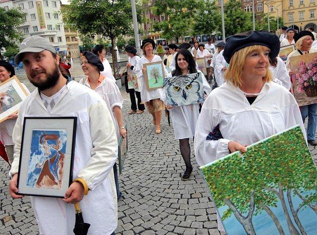 Asi třicítka výtvarníků se i svými díly se v pátek zapojila do tradičního průvodu malířů centrem Ostravy