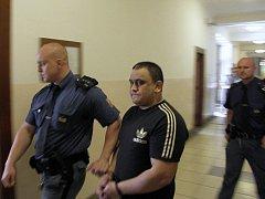 Vasil Žiga na chodbě soudu.