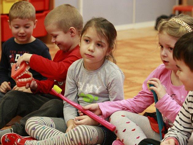 Děti  z mateřské školy v Okružní ulici v Orlové zkoumají umělý chrup.