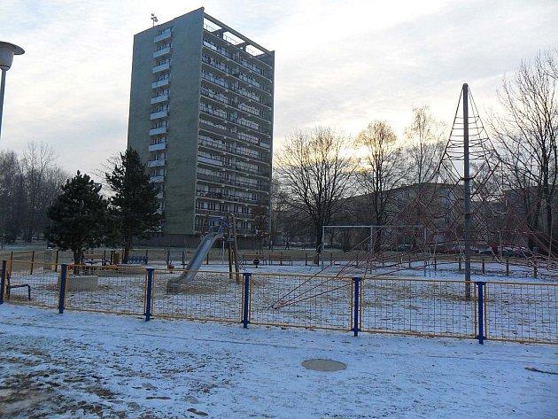 Hřiště před věžákem v Ostravě-Zábřehu je podle některých lidí z okolí místem, kde hlavně po setmění teenageři popíjejí a dělají výtržnosti. Právě tady měli údajně pobývat i útočníci, kteří v sobotu večer zranili tři děti.
