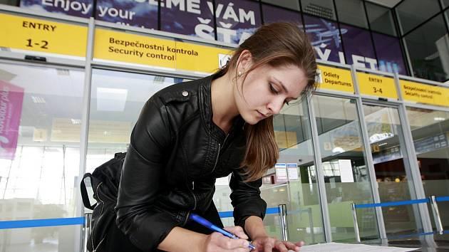 Dotazník cestující vyplňují například kolonku, zda v minulých 42 dnech před příletem navštívili některou ze tří rizikových zemí.