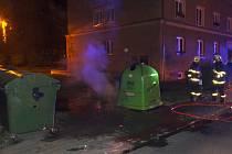 Noční zásah hasičů u požárů kontejnerů. Ilustrační foto.