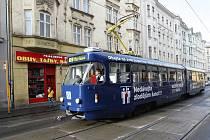 Nová tramvaj v Ostravě upozorňuje cestující na nejvytíženějších linkách, že kapsářům se daří stále více.