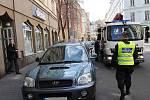 """Městská policie odtáhla auto, které špatně zaparkovalo v centru Ostravy. Celé """"představení"""" se odehrálo zrovna před redakcí Deníku na Mlýnské ulici. Toho využil i náš fotograf."""