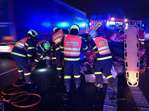 Zásah hasičů u dopravní nehody na dálnici D1.