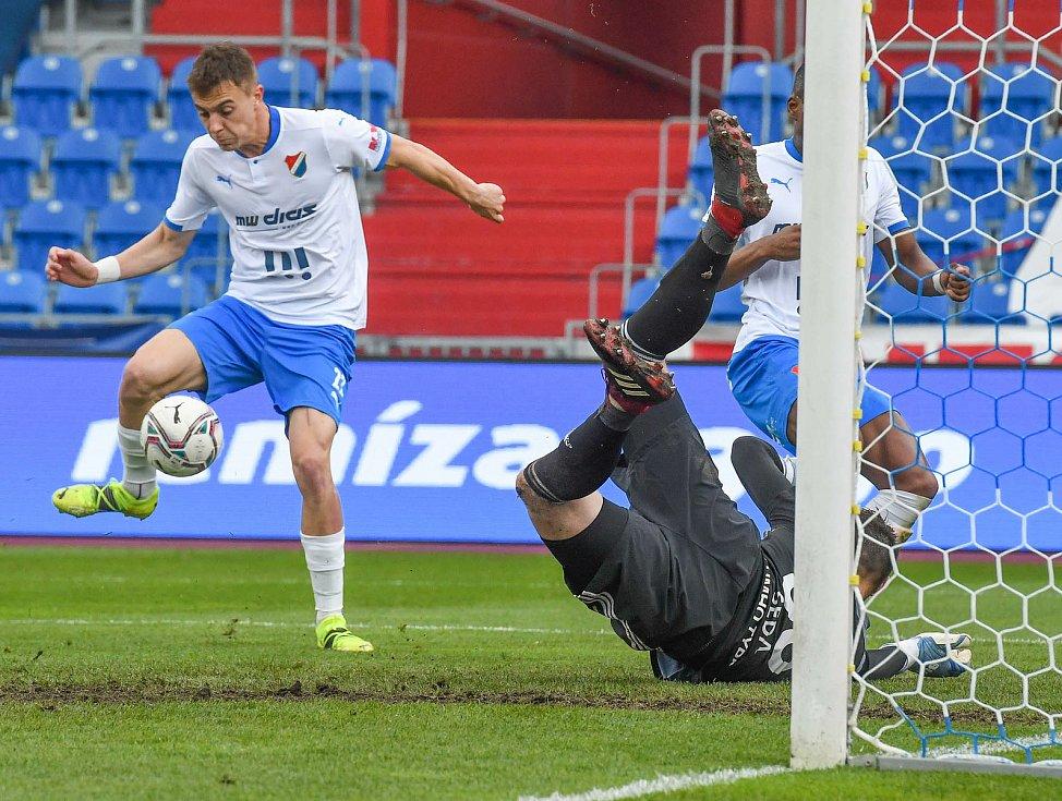 Fotbalisté Baníku Ostrava (v modro-bílém) v duelu 28. kola FORTUNA:LIGY s Mladou Boleslaví (2:1). U míče Filip Kaloč.
