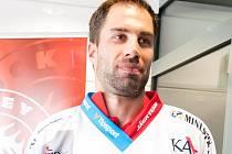 V NOVÉM. Zbyněk Irgl předvedl před začátkem hokejové extraligy nový třinecký dres, na kterém nechybí ani kapitánské céčko, které bude nosit.