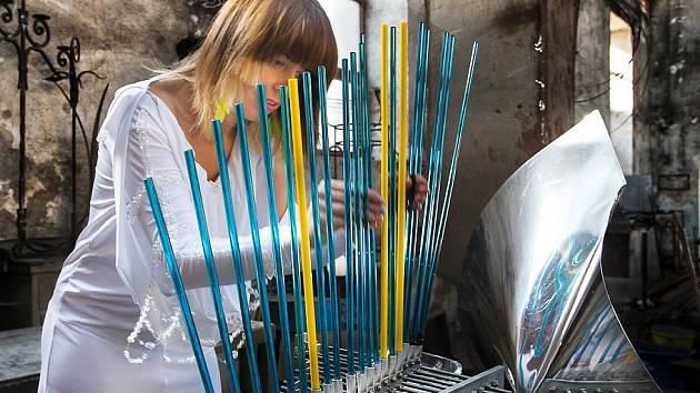 Lenka Morávková při sestavování svého unikátního skleněného hudebního nástroje s názvem Bohemian Cristal Instrument.