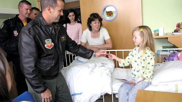 Američtí letci při návštěvě dětí v ostravské fakultní nemocnice