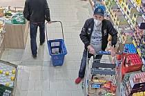 Nepozorná seniorka přišla v Ostravě u pultu o peněženku. Poznáte muže na fotech?