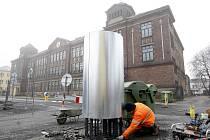 Kameníci v pilné práci, popojíždějící stavební stroje... Tak to v současnosti vypadá na rekonstruovaném náměstí Jiřího z Poděbrad a v jeho bezprostředním okolí.