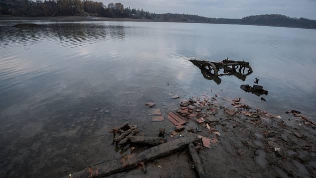 Přehrada Žermanice, listopad 2015. Aktuálně je zásobní objem přehrady naplněn z 38 procent. K maximální hladině tak v Žermanicích v současnosti zbývá 6,5 metru.