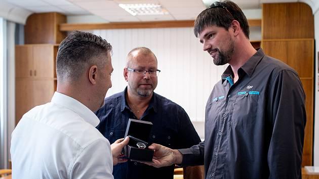 Ocenění řidiče DPO Martin Svrcina (vpravo), za záchranu autobusů na Hranečníku, 28. června 2019 v Ostravě.