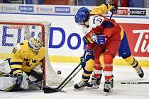 Mistrovství světa hokejistů do 20 let, čtvrtfinále: ČR - Švédsko, 2. ledna 2020 v Ostravě. Na snímku (zleva) brankář Švédska Hugo Alnefelt a Michal Teply a Adam Ginning.