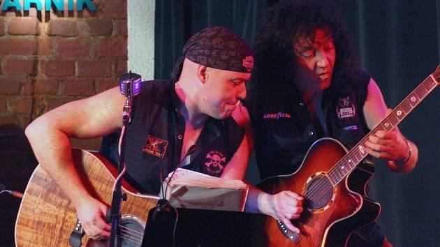 Andonis Civopulos (na snímku vpravo) společně s Petrem Šiškou na koncertě v Parníku.
