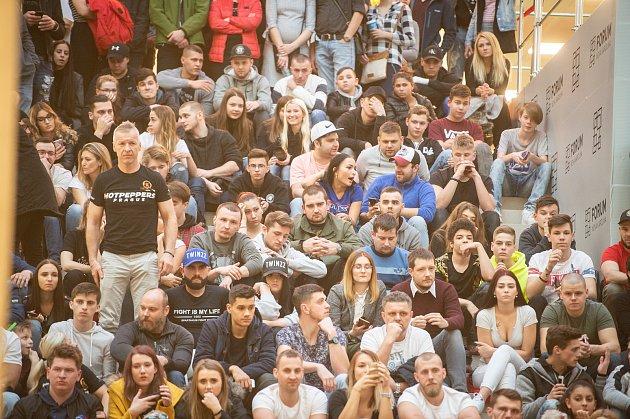 Veřejné vážení před sportovní show Oktagon, 15.března 2019vOstravě, OC Forum Nová Karolina.