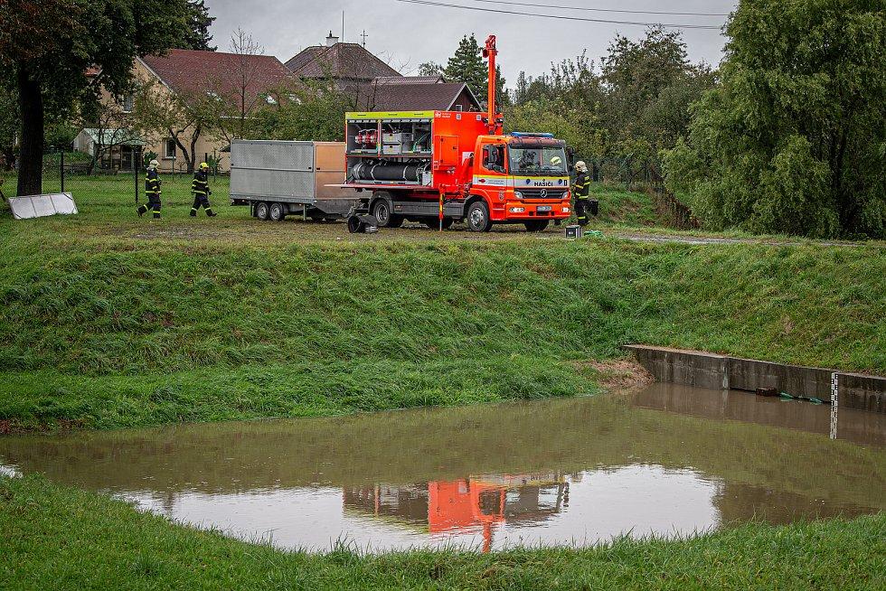 Noční deště zvedly hladiny řek na severní Moravě, 14. října 2020. Hasiči připravují velkokapacitní čerpadlo poblíž Antošovic.