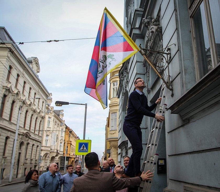 Bývalý skokan na lyžích Jakub Janda vyvěsil Tibetskou vlajku.