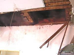 Pravděpodobná příčina požáru, v komíně zazděný dřevěný trám