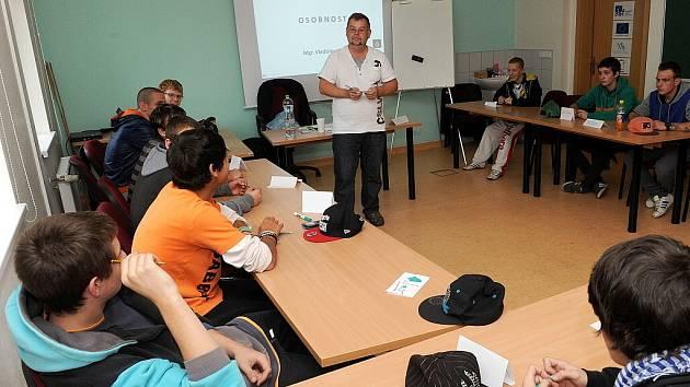 Účastníci kurzu si vyslechli přednášku na téma osobnost a živě se zapojovali do debaty s vyučujícím.
