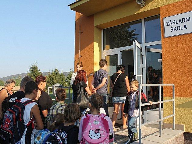 Za zcela nových podmínek šly v úterý do školy děti v Mankovicích. Společně s nimi jsou totiž nově v budově také předškoláci.
