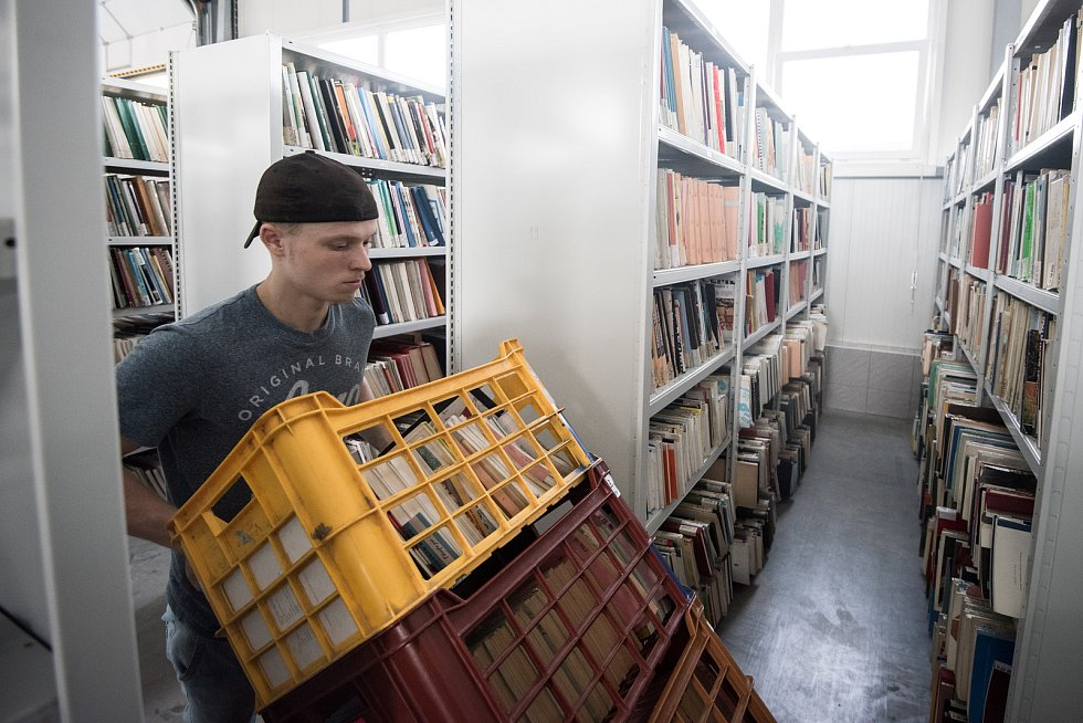 Většinu knižního fondu má MSVK rozmístěnou po čtyřech skladech ve městě. Na snímku stěhování knih do nového skladu v Ostravě-Kunčičkách v srpnu 2017..