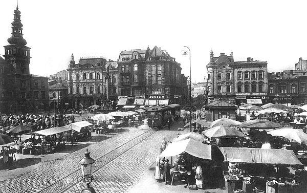 Ještě vdobě první republiky se na Masarykově náměstí konaly rozsáhlé trhy, stánky zaplňovaly každý volný prostor.