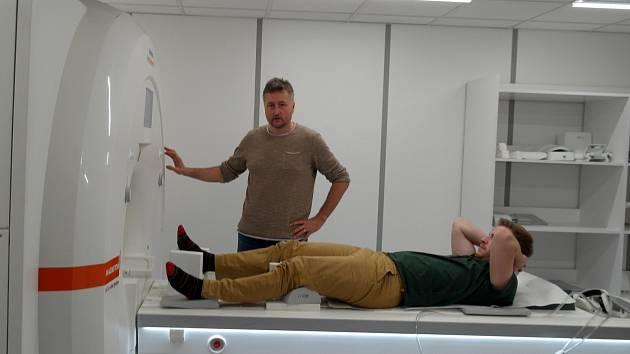 Vedoucí projektu Daniel Jandačka s přístrojem pro magnetickou rezonanci pořízenou OU speciálně pro potřeby tohoto výzkumu.
