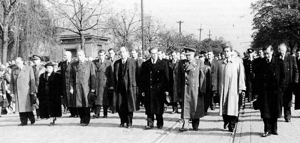 Pohřbu obětí důlní katastrofy na Dole Michálka v Michálkovicích se účastnili také představitelé strany a vlády. V čele průvodu šli Antonín Zápotocký a Rudolf Slánský.