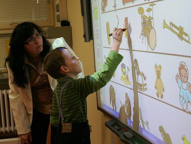 I když nová multifunkční učebna, kterou tento týden otevřeli v porubské základní škole Ukrajinská, má pomoci malým autistům, učí se v ní i další školáci.