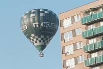 Balon létal mezi domy v Ostravě-Fifejdách.