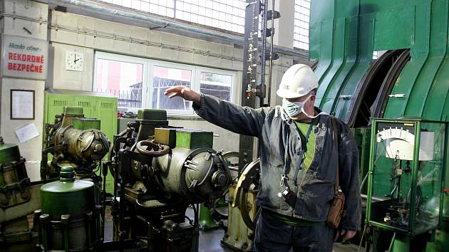 VEDOUCÍ důlní dopravy na vodní jámě Jeremenko dává pokyny obsluze zdejšího historického těžního stroje.