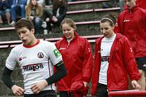 Při absenci ženského družstva dostávají slečny Klára Sviderská (vpravo) a Daniela Ferugová příležitost hrát ragby mezi juniory ve výběru trenéra Dalibora Čecha.