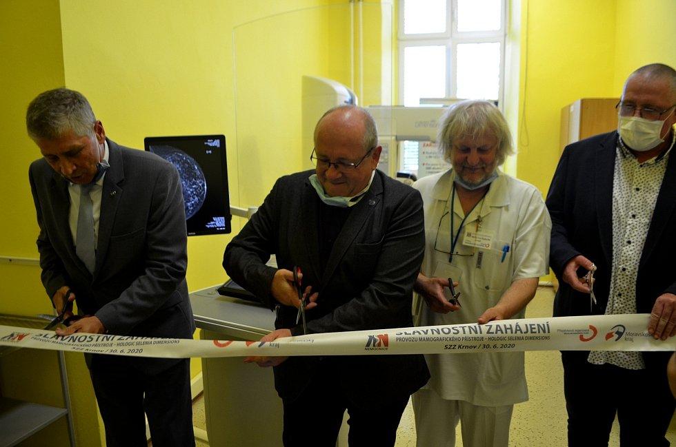 Náměstek hejtmana pro zdravotnictví MUDr. Martin Gebauer úplně vpravo při zahájení provozu nového mamografu v krnovské nemocnici.
