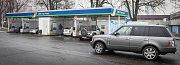 Automyčka. Řidiči využili teplejšího počasí k umytí svého auta po dlouhých mrazech od soli.