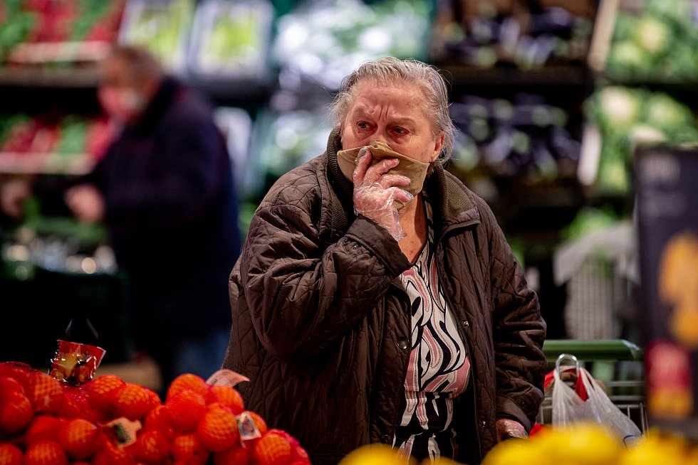 Senioři při nákupech v supermarketu Globus v Ostravě.