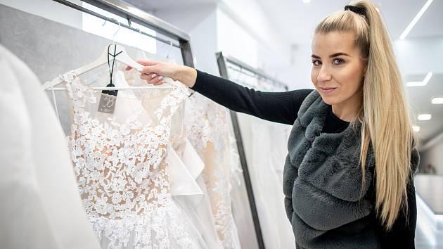 """Spolumajitelka svatebního studia Audrey Natálie Palyza Überall v působivém """"království"""" svatebních šatů plném nejrozmanitějších modelů - těch skvostně přepychových i střízlivě okouzlujících."""