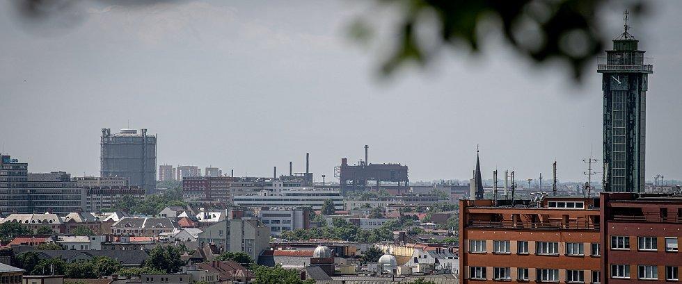 Odborná firma rozebere 84 metrů vysoký plynojem MAN který stojí na ulici 1. máje, snímek z 14. června 2021. Plynojem je už přes 10 let nevyužitý. Pohled na plynojem, ocelárnu Vítkovice z Bazalu.