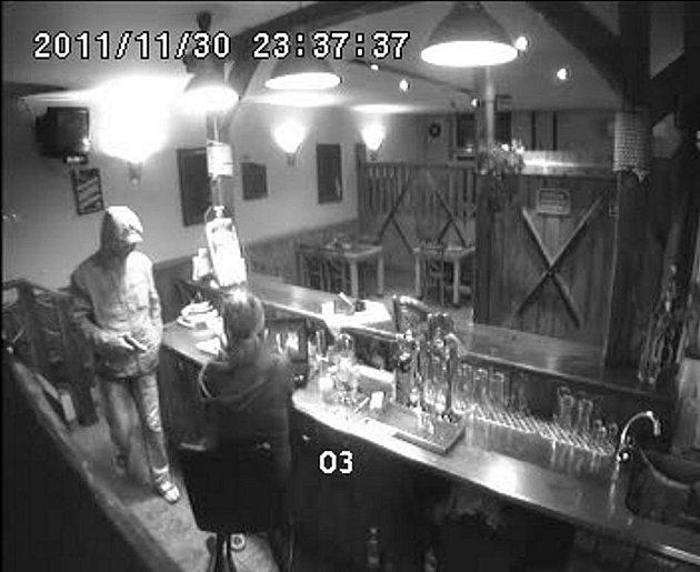 Policie žádá o pomoc při pátrání po lupiči, který 30. listopadu loňského roku kolem 22.30 hodin se zbraní v ruce přepadl obsluhu herny Zuzana v ulici Heyrovského v Ostravě-Porubě.