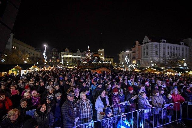 Akce Deníku Česko zpívá koledy na Masarykově náměstí vOstravě, středa 12.prosince 2018.