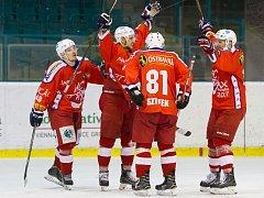 RADOST. Takto se Ondřej Slováček (druhý zleva) radoval se spoluhráči po jednom ze svých nedělních gólů. S jakými pocity se ze Šumperku vrátí hokejisté Poruby dnes?