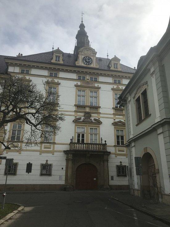 Před okny arcibiskupství postavená Zbrojnice.