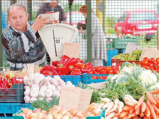 KDE JSOU? Drobní prodejci na tržnicích letos zákazníkům nabízejí slušné ceny. Více zákazníků ale zatím nepřilákali.