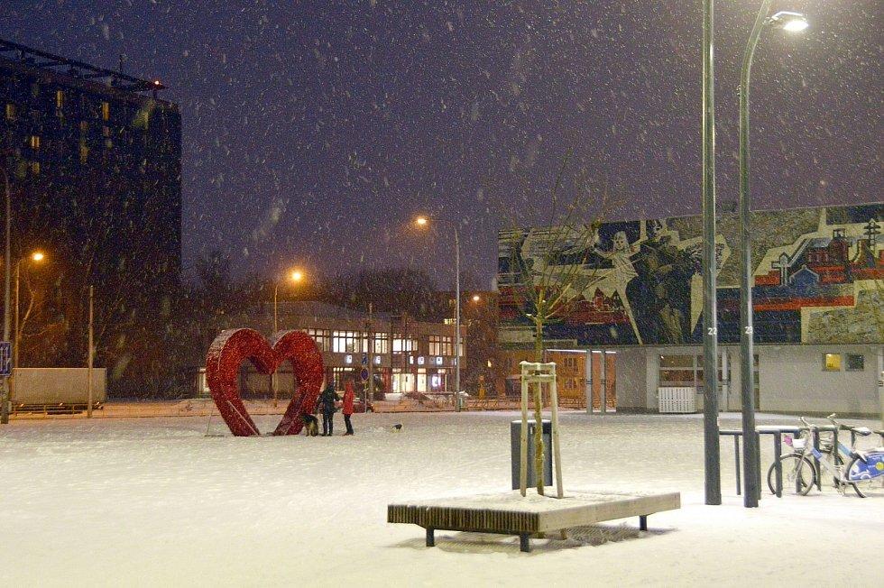 Zastavení na zasněženém náměstí Ostrava-Jih.