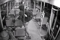 Záběry z kamer ve vozidlech DPO, které policie použila při řešení jednoho z případů krádeže v tramvaji.