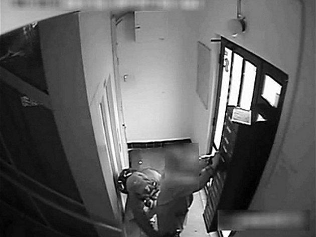 Zloděj okradl důchodkyni, pak jí nabídl cestu výtahem